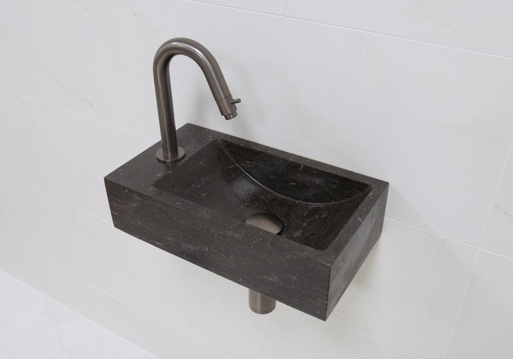 Lambini Designs Recto links natuursteen fonteinset met oud ijzerkleurige gebogen fonteinkraan en toebehoren