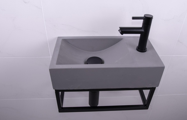 Lambini Designs Steel fontein set beton met zwarte kraan rechts
